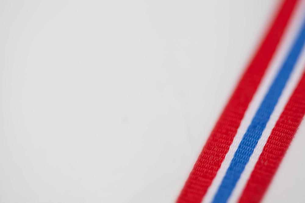 Bakgrunn med bånd i norske farger og et felt med god plass til plassering av tekst. Spesielt egnet til for eksempel gratulasjonshilsener i forbindelse med 17. mai.