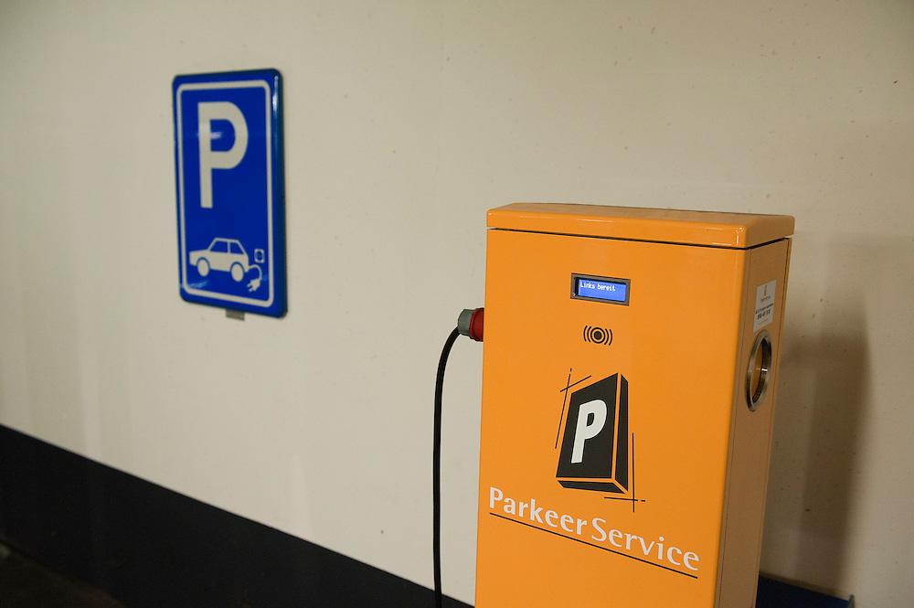 Nederland, Amersfoort, 23 sept  2011.Parkeergarage van Q Park met twee parkeerplekken gereserveerd voor elektrische auto's. Er is een oplaadpunt waar de auto kan worden opgeladen. ..Foto (c): Michiel Wijnbergh