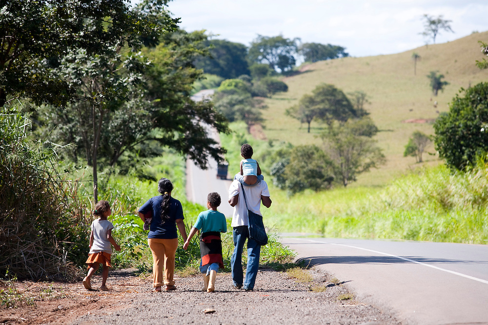 Passos_MG, Brasil...Familia na MG 50 em Passos...A family on MG 50 in Passos...Foto: LEO DRUMOND / NITRO