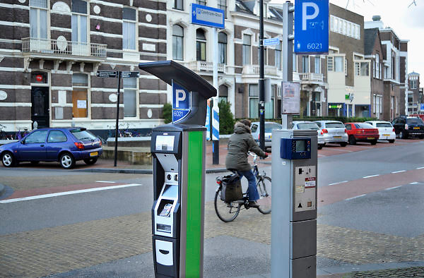 Nederland, Nijmegen, 6-1-2012Links een van de nieuwe parkeermeters in het centrum van de stad.Omdat ze niet goed functioneren mag men enkele dagen gratis parkeren in het centrum. De leverancier moet de software aanpassen.Foto: Flip Franssen/Hollandse Hoogte