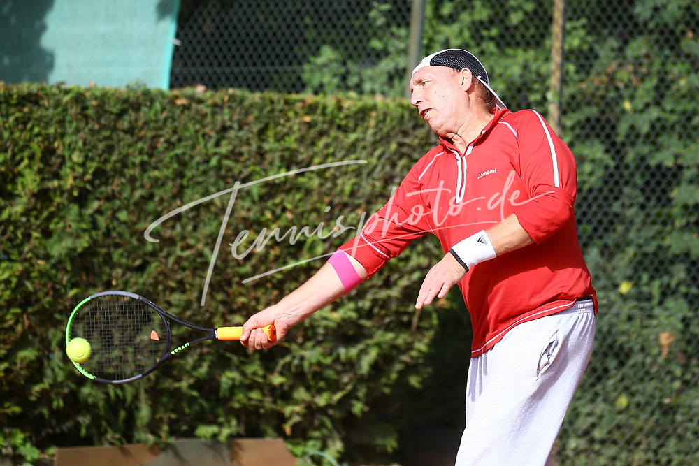 Tennis, Weiß-Rot Cup Senioren 2021, Halbfinale Ü60 am 24.09.21, Torben Arlt (TC Bovert e.V.) vs. Tobias Rund (TC OW Friedrichshagen), Torben Arlt (TC Bovert e.V.) spielt den Ball mit der Vorhand, Foto: Michael Hundt