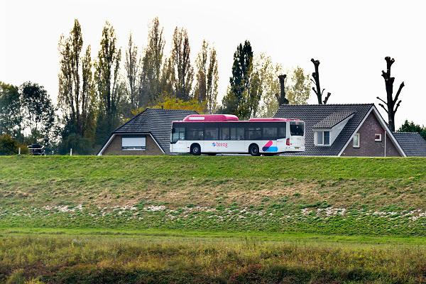 Nederland, Ooij, 21-10-2018 Een passagiersbus van busbedrijf Breng rijdt over de dijk door de Ooijpolder vanuit Nijmegen naar Millingen langs verschillende dorpen. Foto: Flip Franssen