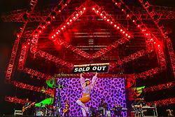 A cantora Anitta mostra o cartaz SOLD OUT para comemorar a venda de todos os ingressos da 22ª edição do Planeta Atlântida. O maior festival de música do Sul do Brasil ocorre nos dias 3 e 4 de fevereiro, na SABA, na praia de Atlântida, no Litoral Norte gaúcho.  Foto: Lucas Uebel / Agência Preview