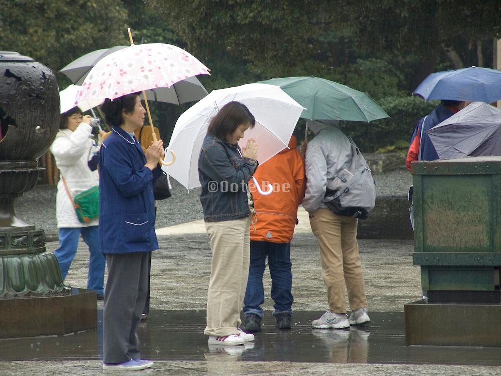 tourist praying in front of Daibutsu Kamakura