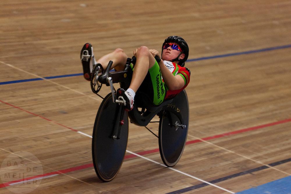 Bas van de Kooij is bezig met zijn recordpoging ligfietsen op de wielerbaan in Apeldoorn