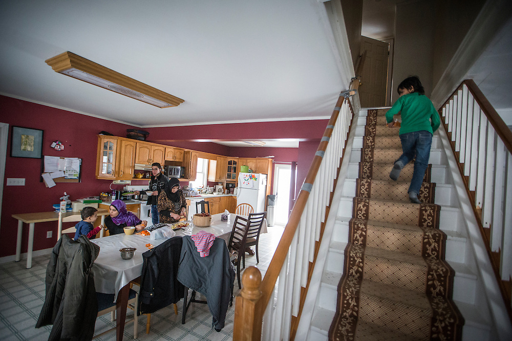 Syrian refugees of the Al Jasem family, use their kitchen inside their temporary home in Picton, Ontario, Canada, Wednesday January 20, 2016.   (Mark Blinch for the BBC)