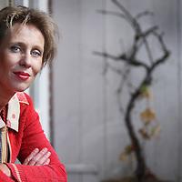 Nederland, Amsterdam , 12 augustus 2013.<br /> Judith Koelemeijer is een Nederlands schrijfster en journaliste.<br /> Koelemeijer studeerde Nederlands en Culturele Studies, volgde een cursus aan de postdoctorale opleiding Journalistiek en werd daarna werkzaam bij de Volkskrant. In 2000 nam ze ontslag bij die krant om zich volledig te kunnen wijden aan het schrijven van haar debuutroman Het zwijgen van Maria Zachea, die in 2001 verscheen. Van deze familiegeschiedenis werden meer dan 250.000 exemplaren verkocht en het boek werd bekroond met de NS publieksprijs in 2002, het Gouden Ezelsoor in 2003 en de Zaanse Cultuurprijs.<br /> Foto:Jean-Pierre Jans