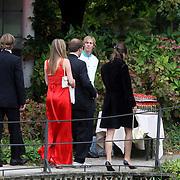 NLD/Overveen/20070921 - Huwelijk Ruud de Wild en Aafke Burggraaff, gasten worden met champagne ontvangen