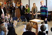 Máxima bezoekt muziekproject.<br /> <br /> Prinses Máxima bezoekt het muziekproject Klasse! op basisschool Sint Joseph in Heerhugowaard. Klasse! is een initiatief van het lokale muziek- en kunsteducatiecentrum Cool Kunst en Cultuur.<br /> <br /> Maxima visits music project.<br /> <br /> Princess Maxima visited the project is Music Class! at St. Joseph school in Heerhugowaard. Music Class! is an initiative of the local music and arts center, Cool Art and Culture.