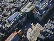 Nederland, Noord-Holland, Amsterdam; 23-03-2020; Damrak en Beursplein. Geen drommen toeristen of dagjesmensen. De Bijenkorf aan het Damrak is gesloten, en nauwelijks autoverkeer op het Damrak<br /> Het publieke leven in het centrum van de hoofdstad is bijna geheel stil komen te liggen als gevolg van het Corona virus. Niet alleen is alle horeca dicht, ook veel winkels en andere bedrijven zijn gesloten. Het publiek blijft over het algemeen binnen, de straten en pleinen zijn stil.<br /> Dam square, no crowds of tourists or day trippers.<br /> Public life in the center of the capital has come to a complete standstill as a result of the Corona virus. Not only are all pubs, coffee shops and restaurants,  closed, many shops and other companies are also closed. The public generally stays inside, the streets and squares are very quiet.<br /> <br /> luchtfoto (toeslag op standaard tarieven);<br /> aerial photo (additional fee required)<br /> copyright © 2020 foto/photo Siebe Swart