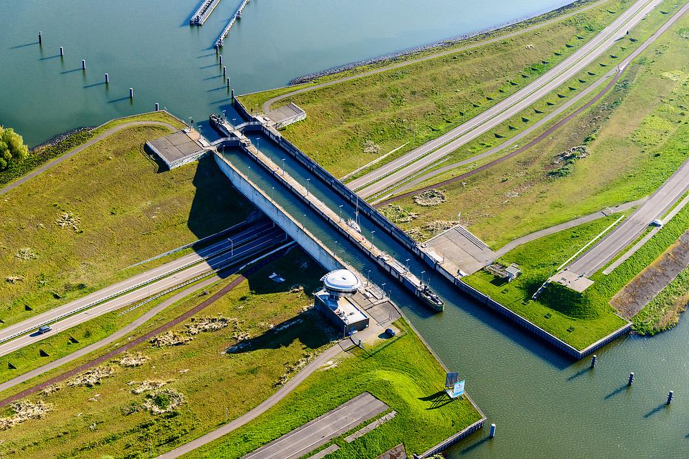 Nederland, Noord-Holland, Enkhuizen, 07-05-2018; Naviduct Krabbersgat, combinatie schutsluis met aquaduct. Tussen Markermeer en IJsselmeer, begin Houtribdijk, N302. <br /> Naviduct Krabbersgat, combination lock with aqueduct.<br /> luchtfoto (toeslag op standard tarieven);<br /> aerial photo (additional fee required);<br /> copyright foto/photo Siebe Swart