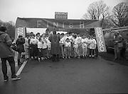 First All-Traveller Mini Marathon.    (R53)..1987..05.04.1987..04.05.1987..5th April 1987..Today saw the running of the first All-Traveller Mini Marathon in aid of Trocaire the World Aid Agency. The race was run over a 10k course in the Phoenix Park, Dublin. Bishop Eamon Casey a patron of the charity was on hand to lend support...'Under Starters Orders'. Bertie Ahern TD,Lord Mayor of Dublin chats with the runners at the start line.