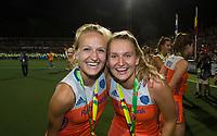 AMSTELVEEN - Oranje met goud  na de  damesfinale Nederland-Belgie bij de Rabo EuroHockey Championships 2017.  Lauren Stam (Ned) met Laurien Leurink (Ned)  COPYRIGHT KOEN SUYK
