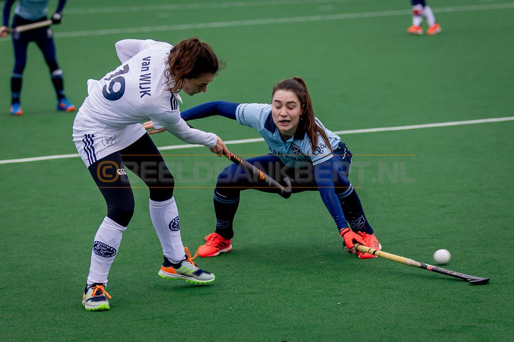 LAREN -  Hockey Hoofdklasse Dames: Laren v Pinoké, seizoen 2020-2021. Foto: Kiki van Wijk (Pinoké) en Sophie Schelfhout (Laren)