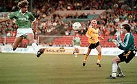 Fotball<br /> Foto: imago/Digitalsport<br /> NORWAY ONLY<br /> <br /> 12.09.1989<br /> <br /> Marco Bode (Bremen) lupft den Ball über Torwart Frode Grodås (Lillestrøm) und erzielt so sein erstes Europapokal-Tor<br /> <br /> UEFA-Cup 1989/1990 Lillestrøm SK - SV Werder Bremen 1:3