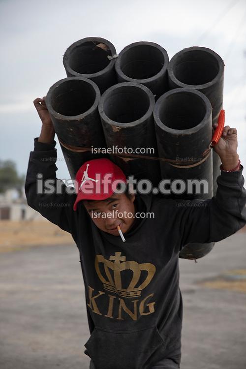 07 marzo 2021, Tultepec, México. Un técnico acarrea material para un espectáculo de pirotecnia en honor a San Juan de Dios.