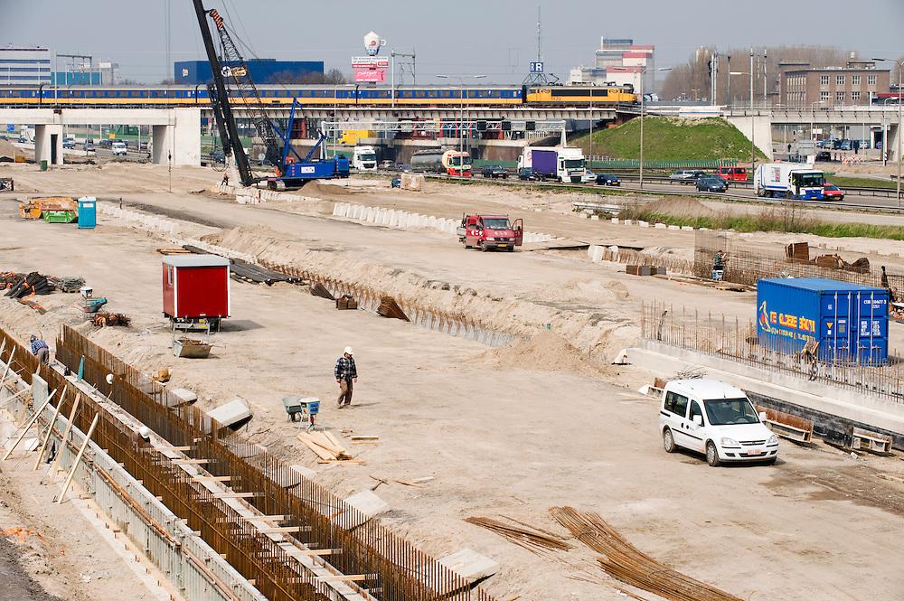 Nederland, Utrecht, 10 april 2008.De A2 Utrecht Amsterdam wordt breder en ook verlegd. Bij Utrecht komt ook een deel overkapt. De A2 is daar een enorme barrier tussen de oude stad en vinexlokatie Leidsche Rijn. Door de overkapping kan er een mooi groen parkachtig gebied komen waardoor Utrecht en Leidse Rijn figuurlijk dichter tot elkaar komen. Een mooi voorbeeld van dubbel ruimte gebruik. Ook zal de geluidsoverlast door de snelweg veel afnemen. De tunnel wordt overigens voorzien van de meest moderne veiligheidsvoorzieningen..Foto (c) Michiel Wijnbergh