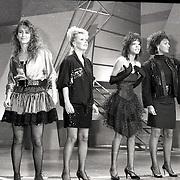 NLD/Bussum/19881222 - Sportverkiezing van het Jaar 1988 in het Spant, optreden, ?, Bonnie St. Clair, Withney Houston en Jose Hoebee, slechte kwaliteit
