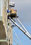 Nederland, Nijmegen, 11-3-2015Na de brand in de snackbar in winkelcentrum De Notenhout aan de O.C. Huismanstraat in Nijmegen worden de flats, woningen,appartementen in het woongedeelte van het gebouw, complex, de flat door verhuizers leeggehaald. Alle bewoners van de seniorenwoningen krijgen tot nader order elders onderdak . Veel woningen hebben rookschade en roetschade. Bij de brand vielen drie doden door rookvergiftiging.FOTO: FLIP FRANSSEN/ HOLLANDSE HOOGTE