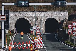 THEMENBILD - ein Bauarbeiter geht entlang der Baustelle bei der Tunnelausfahrt mit Ortschild während der Corona Pandemie, aufgenommen am 17. April 2019 in Hallstatt, Österreich // a construction worker walks along the construction site at the tunnel exit with a town sign during the Corona Pandemic in Hallstatt, Austria on 2020/04/17. EXPA Pictures © 2020, PhotoCredit: EXPA/ JFK