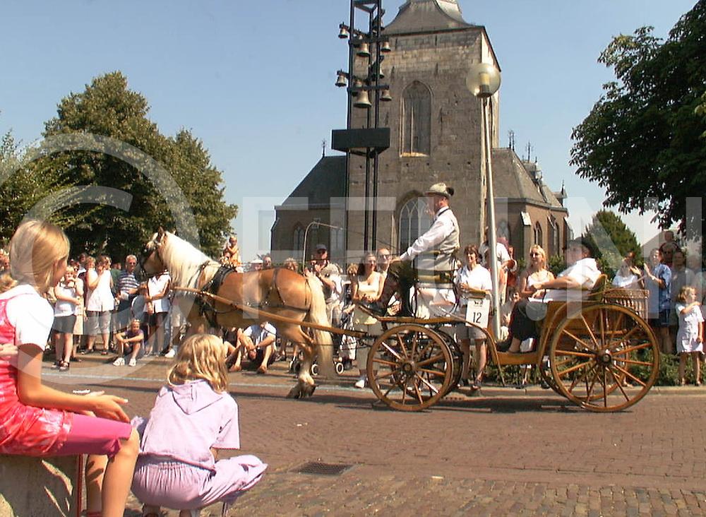 Fotografie Frank Uijlenbroek©2001/michiel van de velde.010729 tubbergen ned.defile van de s rit op het raadhuisplein