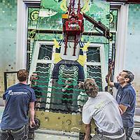 Nederland, Amsterdam, 30 augustus 2016.<br /> PLAATSING EERSTE SPIEGELSBEURSPASSAGE.<br /> Vandaag zijn de eerste spiegels geplaatst van het kunstwerk Amsterdam Oersoep in de Beurspassage in Amsterdam. De spiegels, op traditionele manier vervaardigd door Van Tetterode Glasstudio, zijn een belangrijk onderdeel van het gesamtkunstwerk van Arno Coenen, Iris Roskam en Hans van Bentem.<br /> <br /> <br /> Foto: Jean-Pierre Jans