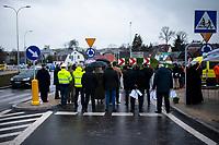 Sokolka, woj. podlaskie, 27.11.2019. Uroczyste otwarcie nowego wiaduktu nad torami kolejowymi prowadzacymi w kierunku granicy z Bialorusia. Wybudowany kosztem 64 mln zlotych wiadukt, ulatwi zycie mieszkancom powiatowej Sokolki, ktorzy czasami musieli czekac nawet 15-20 minut na podniesienie szlabanu. N/z na uroczystosci ze wzgledu na epidemie koronawirusa przyszlo niewiele osob fot Michal Kosc / AGENCJA WSCHOD