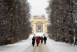 THEMENBILD - Schönbrunn liegt im 13. Wiener Gemeindebezirk Hietzing. Das Schloss Schönbrunn ist das größte Schloss und eines der bedeutendsten und meistbesuchten Kulturgüter Österreichs. Wie auch der Schlosspark gehört es zum UNESCO-Weltkulturerbe., im Bild die Westseite von der Gloriette. Aufgenommen am 03. Februar 2017 // Schönbrunn is in the 13th municipal District of Vienna Hietzing. The Schönbrunn palace is the largest castle and one of the most important and most popular cultural properties of Austria. The palace as well as the castle grounds are part of the UNESCO World Cultural Heritage, This picture shows the west side of the Gloriette, Vienna, Austria on 2017/02/03. EXPA Pictures © 2017, PhotoCredit: EXPA/ Sebastian Pucher