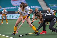 AMSTELVEEN - Lidewij Welten (DenBosch)  met Sabine Plonissen (Adam) tijdens de halve finale wedstrijd dames EURO HOCKEY LEAGUE (EHL),  Amsterdam-HC Den Bosch. (1-1) Den Bosch wint shoot outs en plaats zich voor de finale.  COPYRIGHT  KOEN SUYK