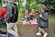 Nederland, the Netherlands, Nijmegen, 27-4-2019Koningsdag. Vrijmarkt in het Goffertpark. het was wisselend droog en regen, maar uiteindelijk zorgde een regenbui halverwege de middag ervoor dat de meeste mensen hun spullen pakten . Twee meisjes maken muziek en zingen tweestemmig liedjes .Foto: Flip Franssen