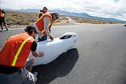 Jun Nogami in de Completely Overzealous 2. In Battle Mountain (Nevada) wordt ieder jaar de World Human Powered Speed Challenge gehouden. Tijdens deze wedstrijd wordt geprobeerd zo hard mogelijk te fietsen op pure menskracht. Ze halen snelheden tot 133 km/h. De deelnemers bestaan zowel uit teams van universiteiten als uit hobbyisten. Met de gestroomlijnde fietsen willen ze laten zien wat mogelijk is met menskracht. De speciale ligfietsen kunnen gezien worden als de Formule 1 van het fietsen. De kennis die wordt opgedaan wordt ook gebruikt om duurzaam vervoer verder te ontwikkelen.<br /> <br /> Jun Nogami in the CO2. In Battle Mountain (Nevada) each year the World Human Powered Speed Challenge is held. During this race they try to ride on pure manpower as hard as possible. Speeds up to 133 km/h are reached. The participants consist of both teams from universities and from hobbyists. With the sleek bikes they want to show what is possible with human power. The special recumbent bicycles can be seen as the Formula 1 of the bicycle. The knowledge gained is also used to develop sustainable transport.