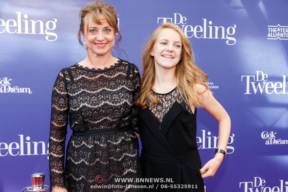 NLD/Amsterdam/20151011 - Inloop premiere De Tweeling, Bianca Krijgsman met haar dochter Lizzy