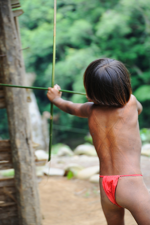 El niño guerrero / comunidad indígena emberá, Panamá.<br /> <br /> Niño indígena jugando a cazar.