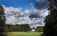 BEETSTERZWAAG -   Hole 18 , Golf & Country Club Lauswolt . Op de achtergrond Bilderberg hotel op het landgoed Lauswolt.  Copyright Koen Suyk