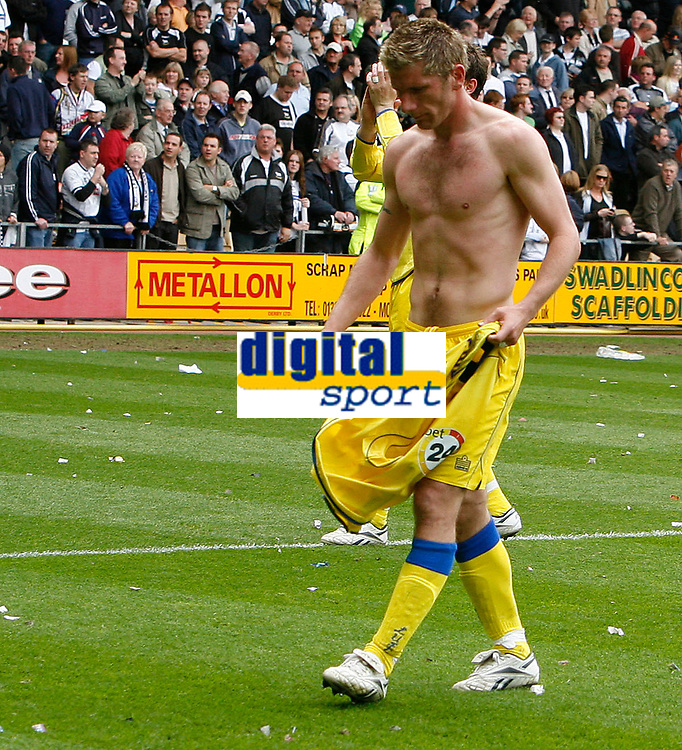 Photo: Steve Bond.<br />Derby County v Leeds United. Coca Cola Championship. 06/05/2007. Richard Cresswell will throw his shirt to the Leeds fans
