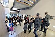 Nederland, Nijmegen, 20-2-2016Open dag middelbare school. De open dagen van het middelbaar onderwijs. Hier zijn leerlingen kinderen uit groep acht van de basisschool en hun ouders aan het kijken in een middelbare school.Foto: Flip Franssen/Hollandse Hoogte