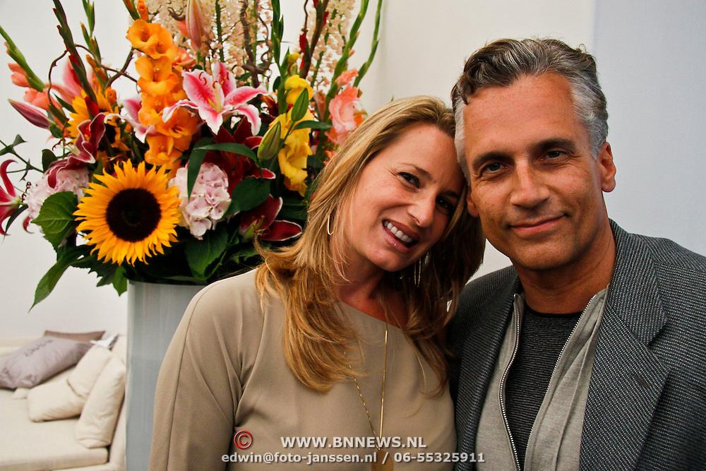 NLD/Amsterdam/20100716 - Inloop modeshow Monique de Collignon bij de AIF, Robert Schoemacher en Partner Claudia Schoemacher- van Zweden