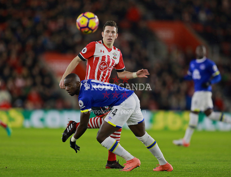 SOUTHAMPTON, ENGLAND - Saturday, November 19, 2016: Everton's Yannick Bolasie in action against Southampton's Pierre-Emile Hojbjerg during the FA Premier League match at St. Mary's Stadium. (Pic by David Rawcliffe/Propaganda)