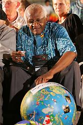 Porto Alegre - RS, 21/02/2006;  O ex-arcebispo da Igreja anglicana da Africa do Sul e Premio Nobel da Paz, Desmond Tutu brinca com o globo que simboliza a uniao dos povos diante dfe um publico de quatro mil pessoas que participou da marcha pela paz nas ruas de Porto Alegre commo atividade na 9ª Assembleia do Conselho Mundial de Igrejas (CMI) que acontece de 14 a 23 de fevereiro.  FOTO: Jefferson Bernardes/Preview.com