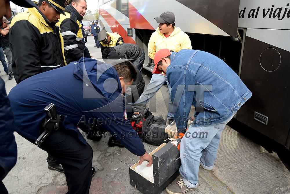 Metepec, México.- Elementos de la Polícia del Transporte de la SSC y policías municipales de Metepec implementaron un operativo de revisión en autobuses foráneos y de transporte público, sobre Paseo Tollocan, debido a los constantes asaltos que se registran en la zona. Agencia MVT / Crisanta Espinosa