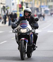 18.04.2010, Wien, AUT, Vienna City Marathon 2010, im Bild ein Polizist kontrolliert auf einem Motorrad die Strecke vor den Läufern,  EXPA Pictures © 2010, PhotoCredit: EXPA/ T. Haumer / SPORTIDA PHOTO AGENCY