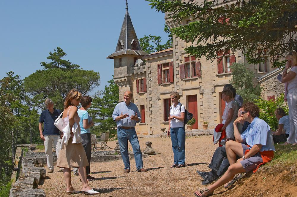 A group of visiting wine enthusiasts and Jean-Francois Quenin, owner and wine maker in front of his chateau de Pressac St Etienne de Lisse Saint Emilion Bordeaux Gironde Aquitaine France