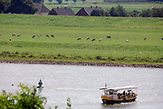 Nederland, Oosterbeek, 22-7-2007..Het veerpontje de Samenwerking twee vaart tussen de zuidelijke rijnoever en de Westerbouwing heen en weer met fietsers en voetgangers...Foto: Flip Franssen/Hollandse Hoogte