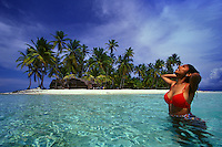 Panamá. San Blas..Una joven se baña en la playa de una de las islas del archipiélago de San Blas en el mar Caribe..©JOAN COSTA