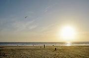 Nederland, Scheveningen, 16-9-2012Een man met zijn kind, bezig met een vlieger op het strand.Foto: Flip Franssen/Hollandse Hoogte