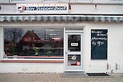 Nederland, Ochten, 01-02-1995Eind januari, begin februari 1995 steeg het water van de Rijn, Maas en Waal tot record hoogte van 16,64 m. bij Lobith. Een evacuatie van 250.000 mensen was noodzakelijk vanwege het gevaar voor dijkdoorbraak en overstroming. op verschillende zwakke punten werd geprobeerd de dijken te versterken met zandzakken. Hier een verlaten slagerij.Late January, early February 1995 increased the water of the Rhine, Maas and Waal to a record high of 16.64 meters at Lobith. An evacuation of 250,000 people was needed because of flood risk. At several points people tried to reinforce the dikes with sandbags. Here in the Ooijpolder in Nijmegen.Foto: Flip Franssen/Hollandse Hoogte