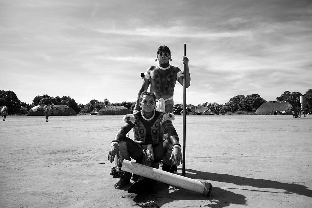 Tocadores que ficam no centro das rodas de dança. Aldeia Ipatse, etnia Kuikuro, Alto Xingu.
