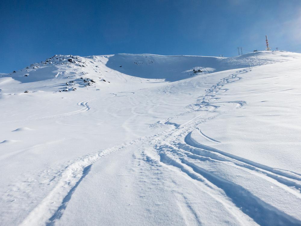 Skispor som viser mot Mørkholla i Narvikfjellet. Det vises godt at det har gått flere småras i holla.
