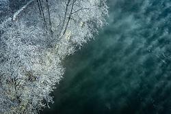 THEMENBILD - gefrorene Bäume und Nebel über dem Wasser der Salzach, aufgenommen am 22. Januar 2020 in Kaprun, Österreich // frozen trees and fog over the water of the Salzach River, Kaprun, Austria on 2020/01/22. EXPA Pictures © 2020, PhotoCredit: EXPA/ JFK