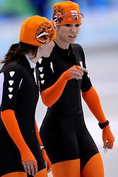 12-02-2010 SCHAATSEN: OLYMPISCHE SPELEN: TRAINING: VANCOUVER<br /> In de vroege ochtend werd de training afgewerkt / Laurine van Riessen en Annette Gerritsen<br /> ©2010-WWW.FOTOHOOGENDOORN.NL
